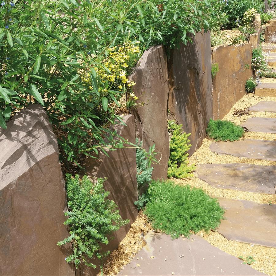 Un chemin pavé et bordé en pierre de Beauchamps